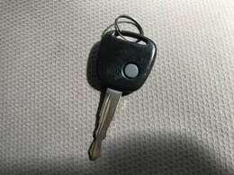 ある程度離れた場所からでもカギのボタンで施錠ができるキーレスタイプのカギです♪