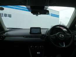 ドライバーを中心に操作機器や計器類を左右対称に配置したコックピット。ヒューマンインターフェイス優先とする事で、疲労軽減や安全にも繋がります。