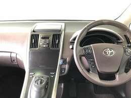スッキリまとまった使いやすく先進的なデザインの運転席周り。
