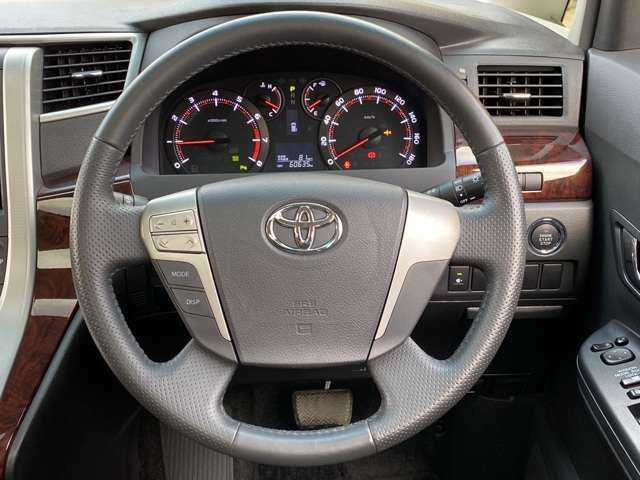 シートカバーの取付サービス可能。(弊社規定品、条件有、詳しくはスタッフまで)2列目シートもクリーニング済み★ オットマン付きでロングドライブも快適、ゆったり座れますよ♪  人気のウォークスルーです!!