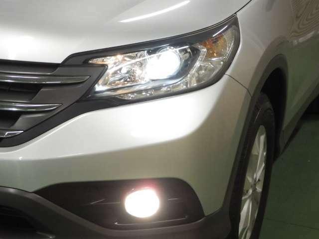暗い夜道を明るく照らすディスチャージヘッドライトを装備しています。フォグライトも付いて夜のドライブも安心ですね!