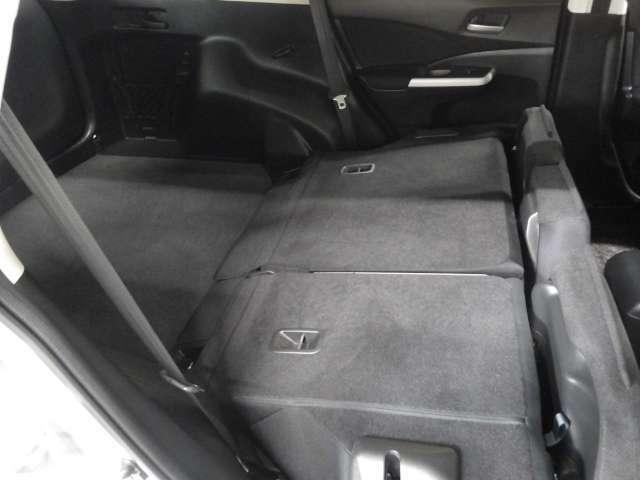 リアシートの座面を上げて背もたれ倒せば大きなカーゴスペースが生まれます。