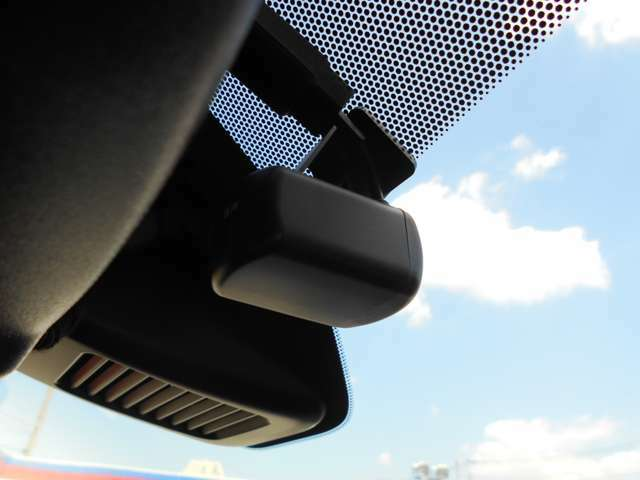 日産純正ドライブレコーダーです。これであおり運転などの対策もばっちりです。