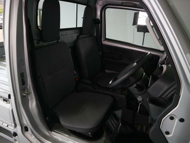 ご覧の通り足元がすっきりしていますので、運転席から助手席への移動も簡単に行えます。