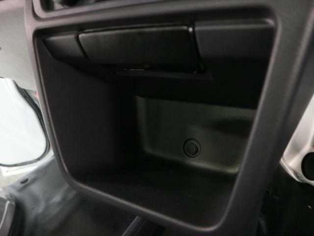 エアコン下にも小物入れあり。