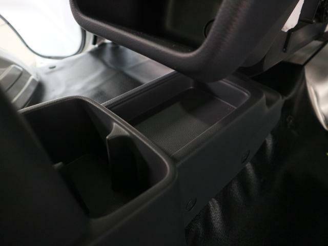 助手席との間にも収納がございます。