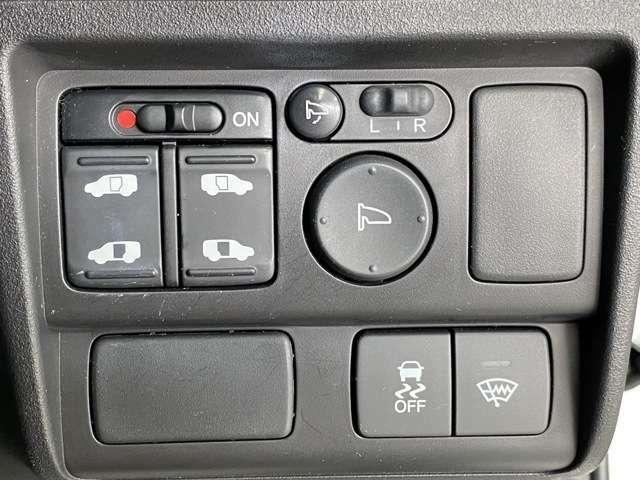 お手元のボタン1つでスライドドアを開けることができます。
