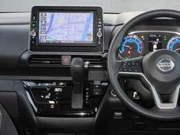 運転席から主に操作できるナビやエアコンパネルです。ハンドルにはオーディオ操作用のスイッチを搭載しておりますので、音量調整等をナビを直接触ることなく操作ができます。
