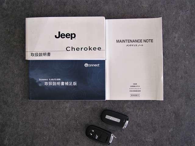 各種取扱説明書、整備記録簿、スペアキー等ございます。整備記録簿はH27・H29・R1 合計3枚御座います。ジープ正規ディーラーでも整備されていたお車になります。