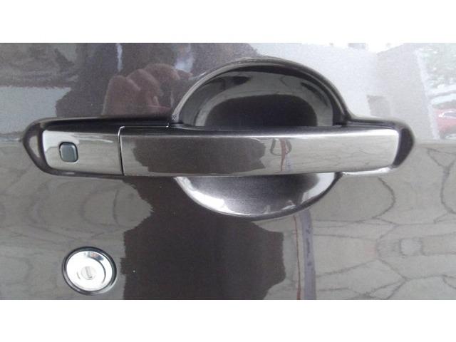 ドアノブのボタンを押すとドアの開閉ができ、ポケットにキーを入れたままエンジンがかかり、便利ですよ♪