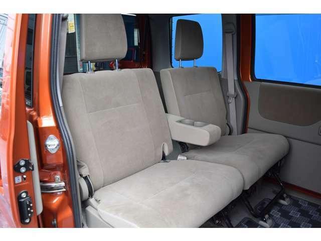 リアシートもシンプルで座りやすいですよ★納車前に再度内装もクリーニングいたしますので、納車されたその日から気持ちよく乗って頂けます!!オシャレな愛車でカーライフを楽しんでください!!