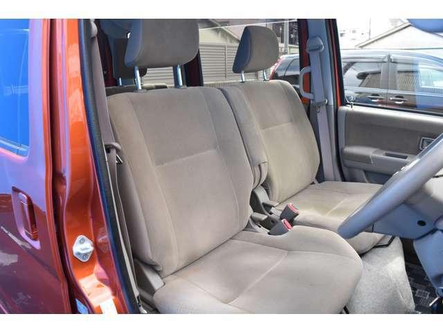 シートも破れ等見当たらず、状態は良好ですよ!ベンチシートでゆったり座って頂けますよ!車内状態も良好でお勧めの車両になっておりますよ!