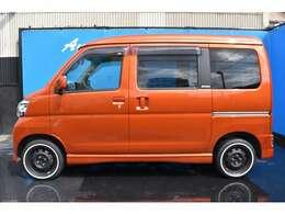 新品タイヤ装着しておりますので、納車後もすぐに交換の心配も無く安心頂けますよ!ボディーカラーもオレンジとオシャレなので、自慢の愛車にして頂けますよ!