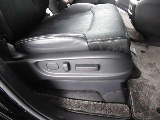 電動シートで位置調節も便利です。