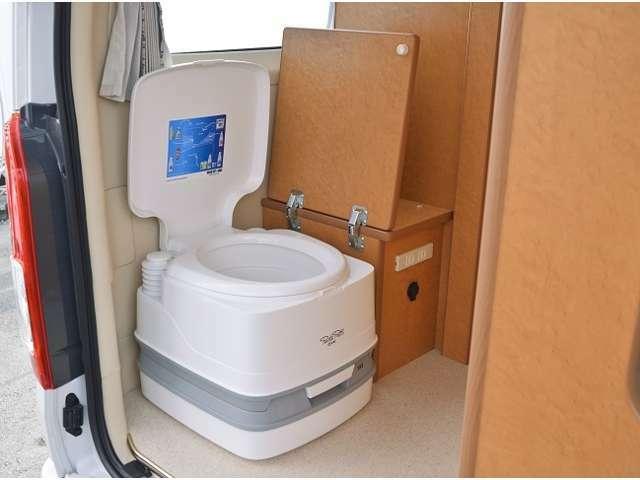 脱着式ポータブルトイレも標準装備となります。