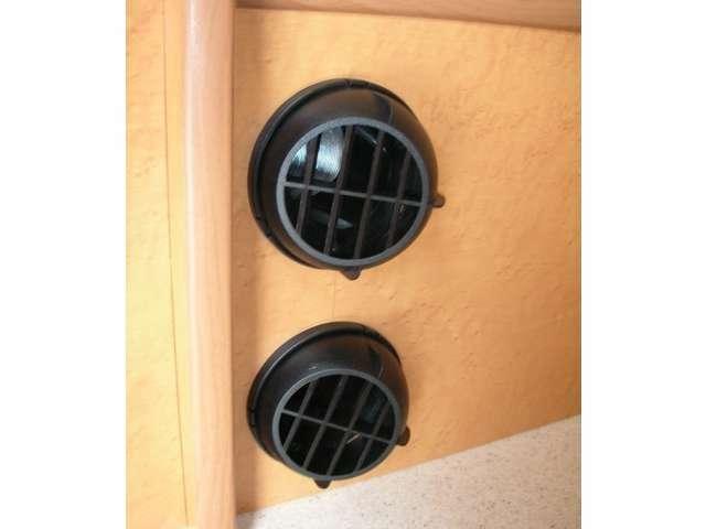 リヤ2段ベッドしたにFFヒーター&走行用ヒーターの吹き出し口を設置。360度回転します。