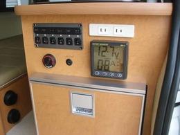 冷蔵庫上に設置の液晶AVモニター 6連スイッチ FFヒータースイッチ