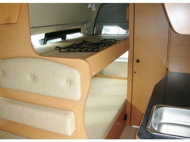 リヤ右側に設置の常設2段ベッドです。 上段は跳ね上げ式になります。