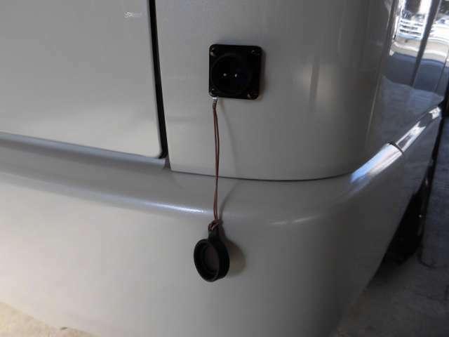 外部100V電源接続部はリヤバンパー右側に設置
