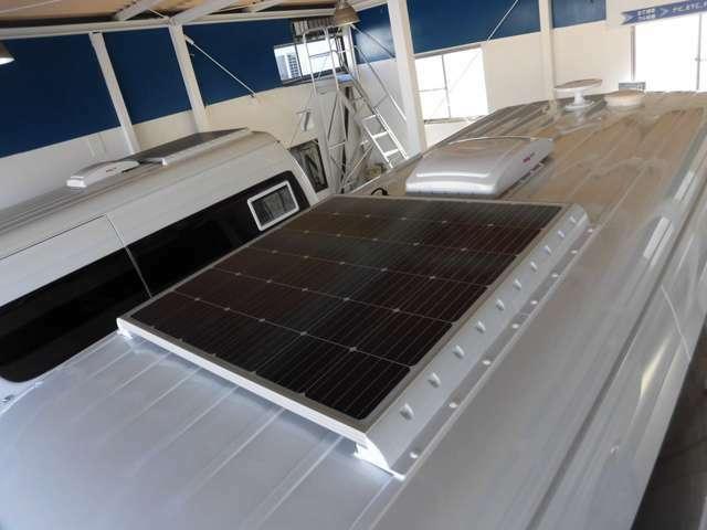 ルーフ設置 標準装備の155Wソーラーパネル