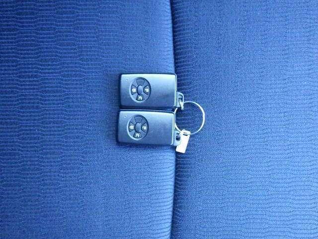 スマートキーで鍵を取り出さなくてもドアロックの施錠・解錠ができて、エンジンもかけれますよ☆★