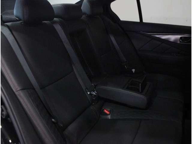 【後部座席】同乗者にもゆったりとすわっていただけます。中央のアームレストにはドリンクホルダーが設置されています。使用しない時は格納できます。