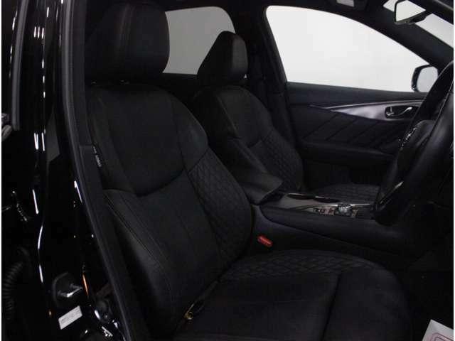 【運転席】ブラックを基調としたインテリアにブラックの本革シート(一部合皮※メーカー基準)。パワーシートでお好みの位置に座席を設定可能です。シートヒーター・純正フロアマット付です。