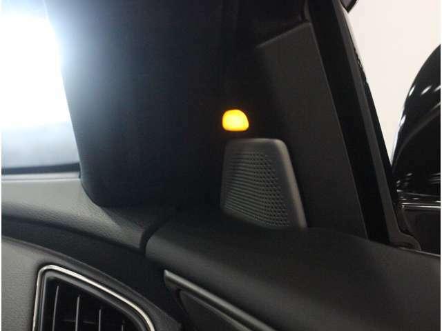 【ブラインドスポットモニター】サイドミラーに映らない、死角にいる障害物をセンサーがとらえ光ってお知らせします。車線変更や右左折時に安心の補助機能です。