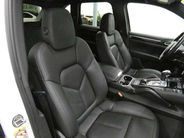 運転席・助手席共にパワーシート・シートヒーターも装備!