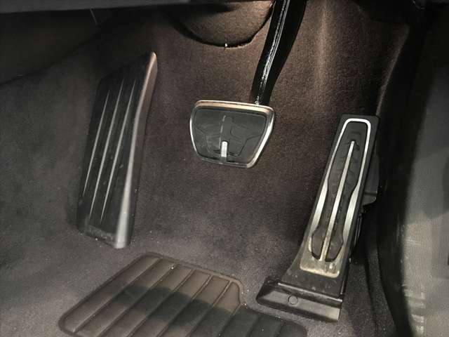【ペダル】BMWはオルガン式アクセルペダルを採用しています。踏み込む足とペダルが同じ軌跡を描くため、かかとがずれにくく、アクセルコントロールがよりしやすくなるメリットがあります。