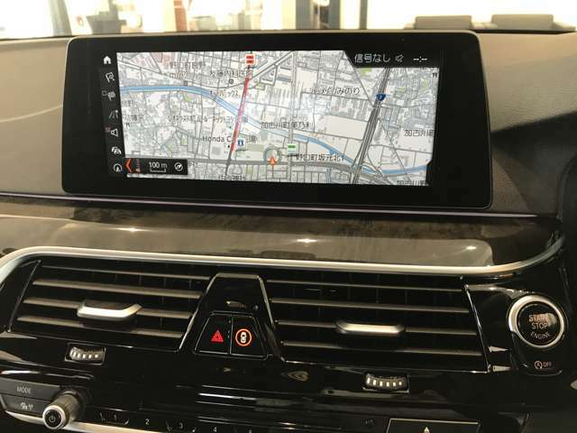 """【iDrive】純正HDDナビ""""iDrive""""を装備しています。こちらの機能で、オーディオの設定や本体説明書、車両状態チェックなどを行えます。また、ナビのアップデートも承りますので、担当スタッフへお申し付け下さい。"""