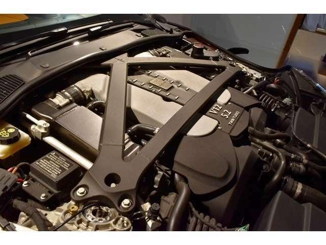 5.2リッター(5204 cc)V12気筒ツインターボV12エンジンを搭載しており、高馬力を発揮します。V12気筒ならではの心臓にまで響き渡るエキゾーストサウンドをご体感下さい。