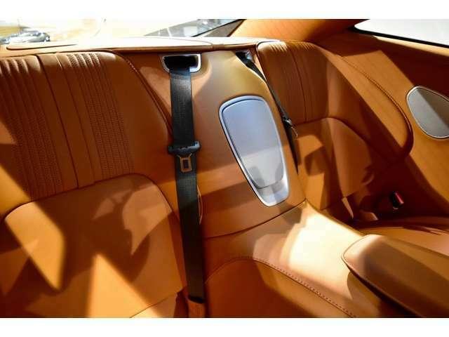 後部座席にはISOFIXのチャイルドシート用アンカーも付いており、お子様も同乗可能な贅沢なGTカーでございます。