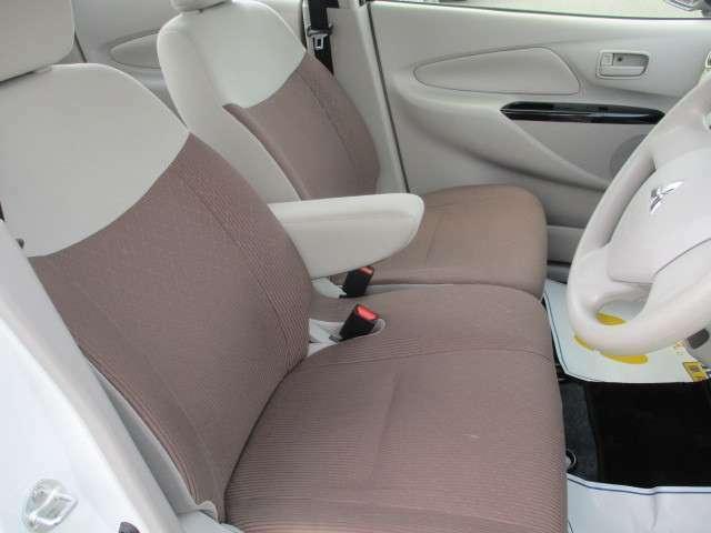 ベンチシート 運転席と助手席シートがつながっていて大型アームレスト標準装備です ゆったり座れ大人気です♪