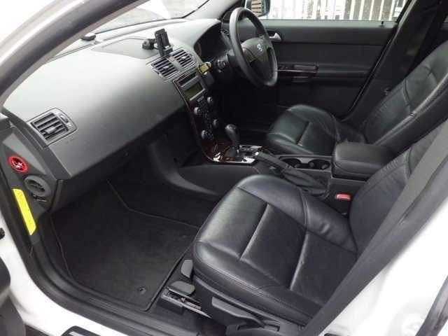 大切なパートナーを乗せる助手席も運転席同様広々としております!シートコンディションも良好です!