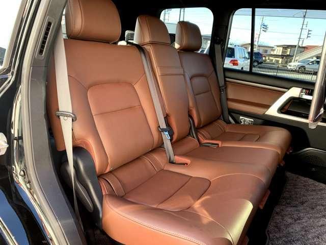 スライド機能付きセカンドシートは使用感も少なくとてもきれいな状態です。