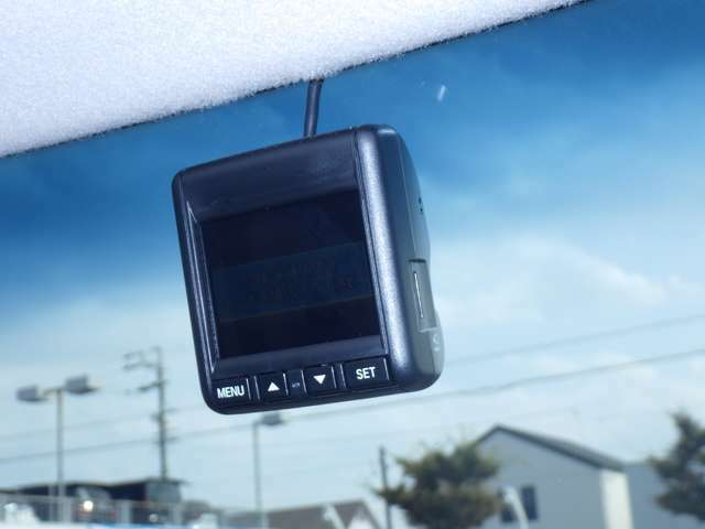 ★ドライブレコーダー★ もしもの時の状況を映像と音声でシッカリ記録♪快適ドライブをしっかりサポートするドライブレコーダーです☆