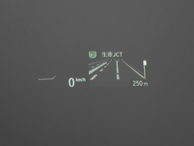 ♪ヘッドアップディスプレイは車速やナビゲーションのルート案内の矢印表示、チェックコントロールなどさまざまな情報を投影します。