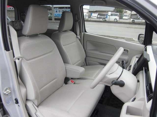 肘掛け付きのフロントシートは、ゆたっり快適に座れます