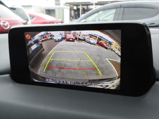 バックカメラの映像はナビへと映し出されます。大きな画面で確認ができて安心!左ドアミラーにはサイドカメラを標準装備しています。運転席からでは確認が難しい左フロントタイヤ近辺をモニターへと映し出します。