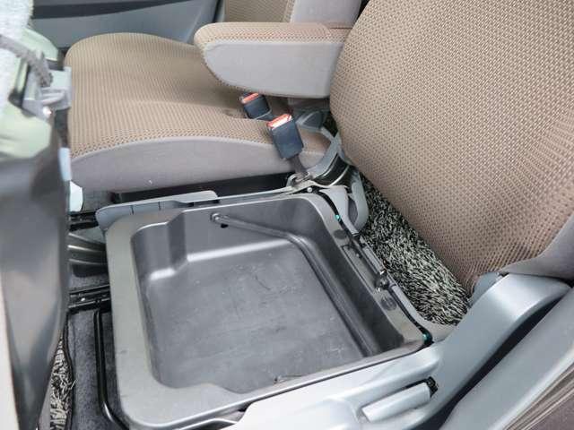 助手席側シート下に収納スペースがございます。