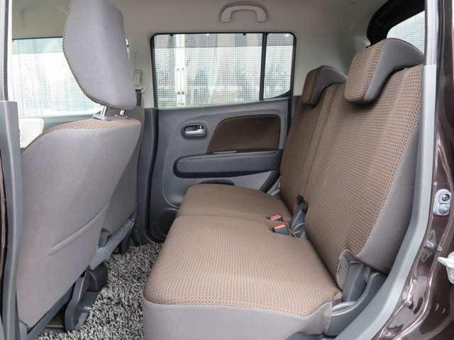 後部座席も十分なスペースがございます