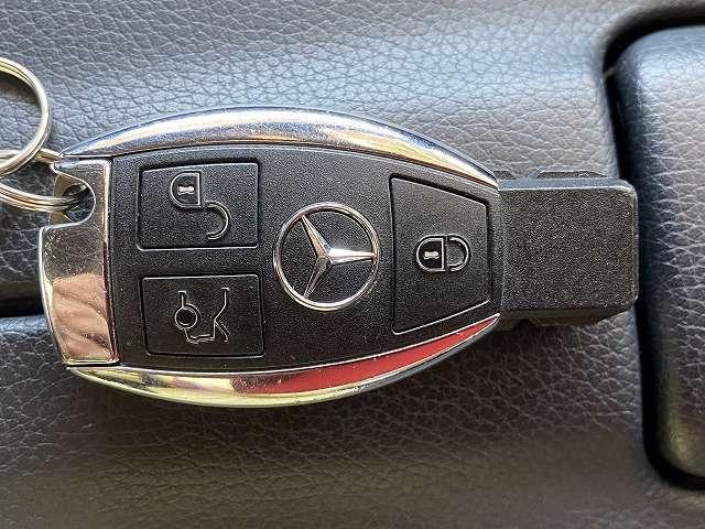 メルセデスベンツ「キーレスゴー」ワイヤレスキーシステム搭載!機械的な鍵を使用しなくても、電子キーをもっているだけでエンジンの始動や車両の外側からドアの開閉が可能です!
