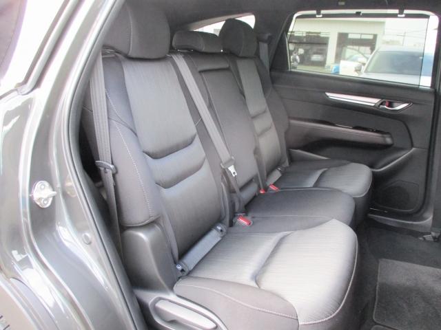 後席の広々さを横から撮影してみました♪座席シートの生地もやわらかすぎず、かたすぎず、ちょうどよい感触です☆