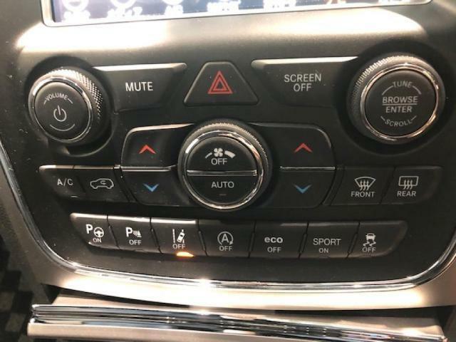 運転席・助手席それぞれの温度設定が可能なオートエアコン。