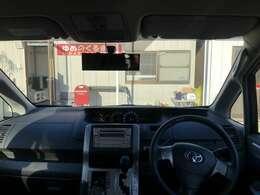 フロントガラスが大きいので視界広々です。ボンネットの先端が見えることで車幅感覚が掴みやすく、狭い道でも安心して運転ができます。視界の広い車は、開放感があり、運転の快適性を高くします。