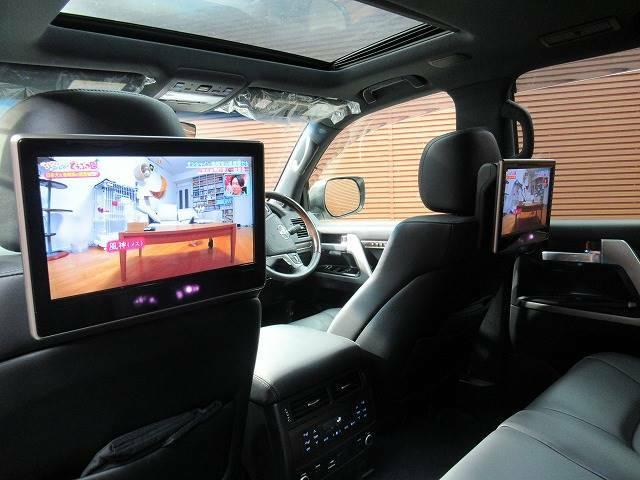 【後席モニター】家族や仲間とのドライブもこのモニターさえあれば長距離ドライブも盛り上がりますね。