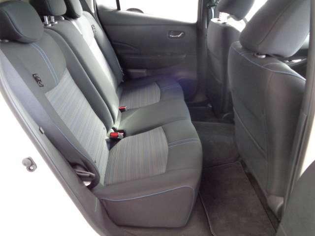 足元ゆったりの後部座席!大人二人が並んで座っても広々空間でドライブをお楽しみいただけます★