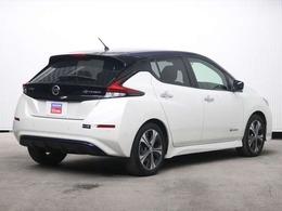 走行中の排出ガスはゼロ。大排気量車のようなパワフルで滑らかな加速性能と、あらゆる速度域で高級車のような静粛性を実現。エコで走りも楽しめる電気自動車のリーフを