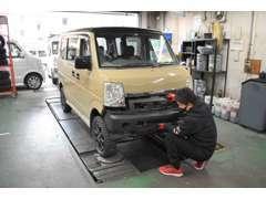 マルチリフト、タイヤチェンジャー完備のピットでは、一般整備から、カスタムまで作業可能です。
